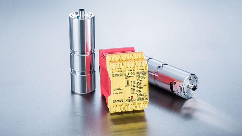 Zwei Kraftmessbolzen in Edelstahl und Sicherheitselektronik ELMS1